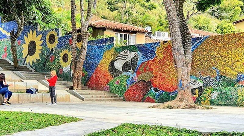 Venezuela inaugura su primer mural ecológico creado con miles de tapas recicladas