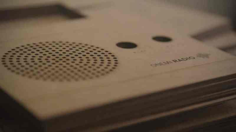 , Onemi, la radio solar de cartón reciclado creada para Emergencias
