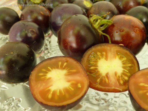 Ensalada de tomates «Indigo Rose» con queso feta y albahaca