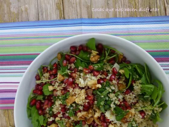 Ensalada de rúcula, quinoa , granada y queso gorgonzola (2)