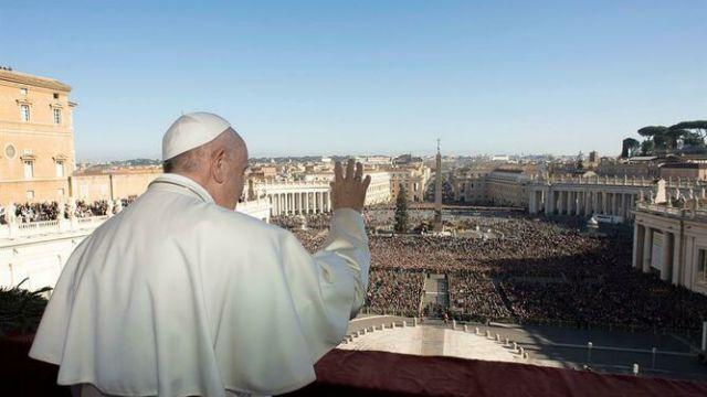 Papa Francisco envía mensaje navideño de esperanza contra la oscuridad.