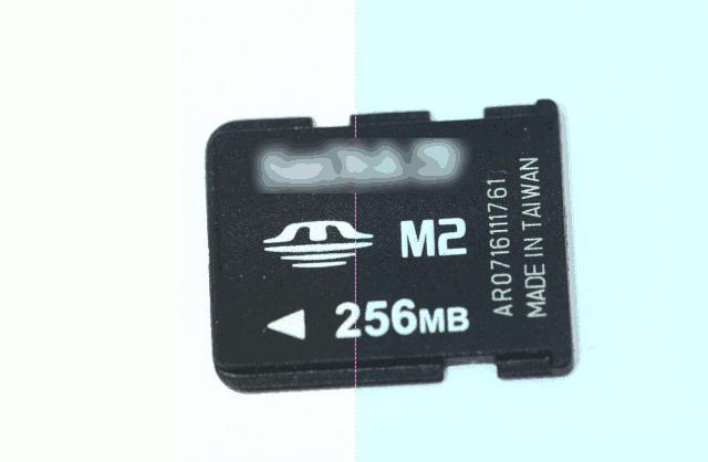 Cartão de memória M2 Sandisk de 256MB, com o nome da empresa borrado.