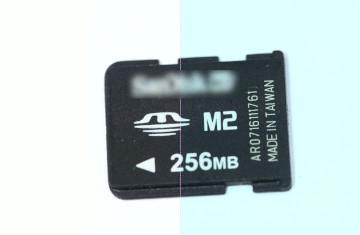 cartão de memória M2 Sandisk com o nome da empresa borrado.