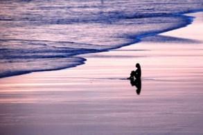 mulher-sentada-na-praia