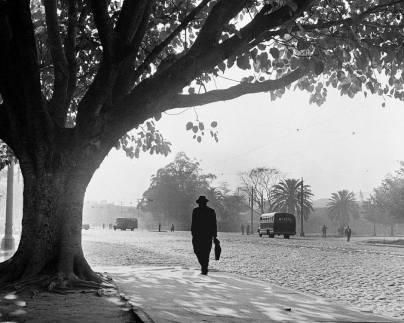 1939-parque-dom-pedro-ii-homem-caminhando-german-lorca