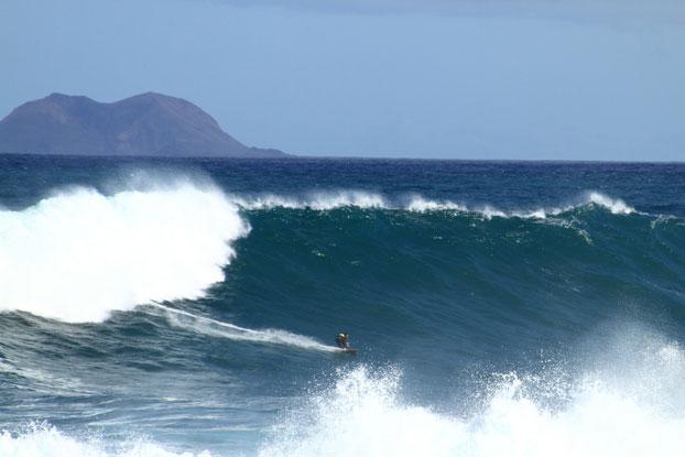 Ilhas Canárias: Enormes ondas fazem muitos surfistas se empolgar e curtir o esporte no território cheio de belas ilhas