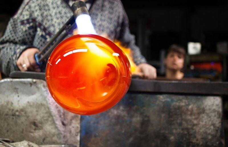 O vidro é moldado com muita precisão e cuidado