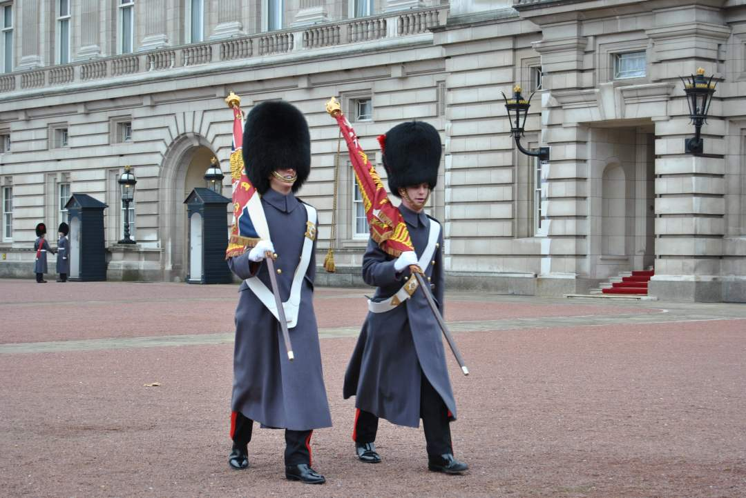 Buckingham_Palace_guardie