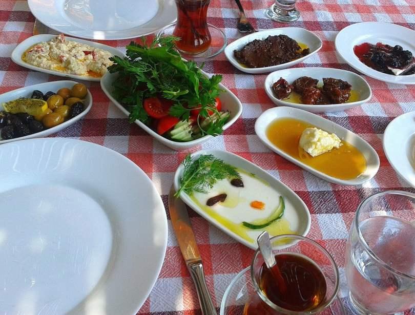 Cosa mangiare a Istanbul: la colazione turca: formaggio, cetrioli, pomodori, olive, uova, peperoni, miele e marmellata.