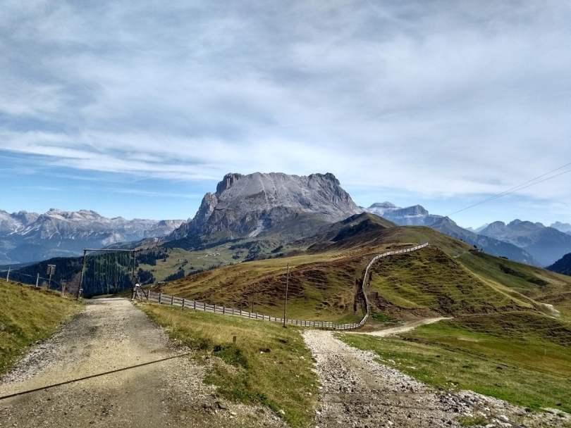 Val di Fassa- strada sterrata con montagne sullo sfondo