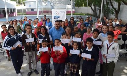 46 estudiantes recibieron becas Purísima