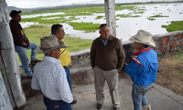 Inspecciona alcalde de Purísima, nivel de agua en presas