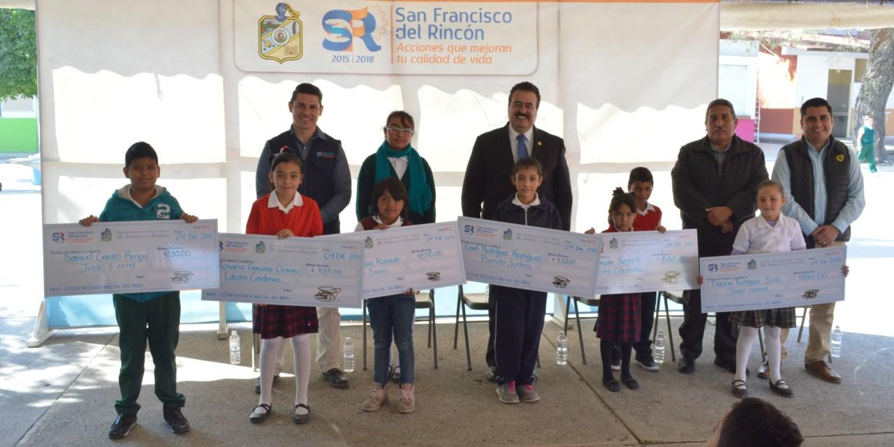 Más de 100 becas a estudiantes en comunidades de San Francisco del Rincón