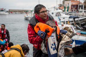 Médicos sin Fronteras, Greenpeace y otras organizaciones en Lesbos, Grecia, asistiendo a los sobrevivientes de la travesía