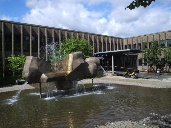 Kommunhuset i Partille utsätts för mordbrand. Foto: commons.wikimedia.org