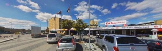 En man blir synnerligen grovt misshandlad av tre maskerade män utanför Eneby pizzeria i Norrköping. Bild: hitta.se