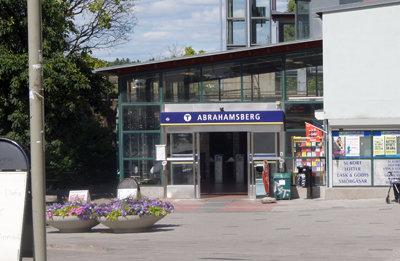 En 25-årig man blir svårt knivskuren här vid Abrahamsbergs tunnelbanestation natten till den 18 september 2016. Bild: slifokus.se