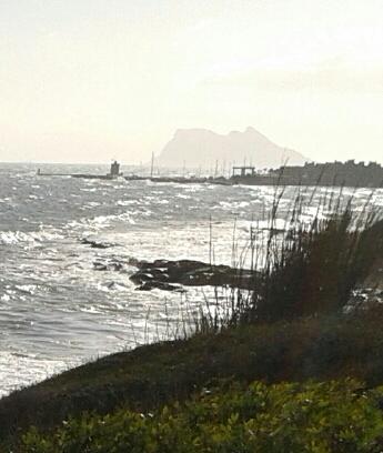 I det skarpa motljuset skymtar jag den mirakulösa Gibraltar-klippan som tornar upp sig i dimman. Foto: jag själv