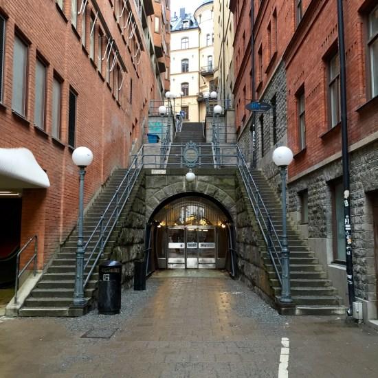 Här i trappan på Olof Palmes gata i Stockholm misshandlas en man med kniv i samband med ett rånförsök. Foto: eselcolmo.com