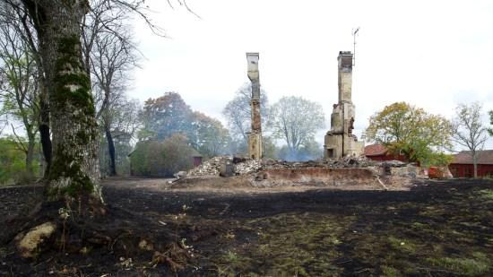 Hela huvudbyggnaden till den anrika herrgården Videbynäs i Sörmland brann ner till grunden. Bild: