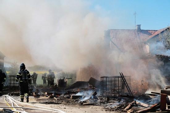 Ett garage i Dala utanför Falköping brann upp under natten och polisen misstänker mordbrand. Bild: blaljus.se
