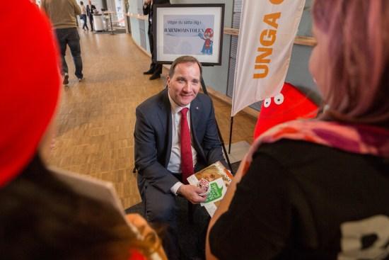 Statsminister Stefan Löfven ger Mehmet Kaplan en kännbar knäpp på näsan Foto: Socialdemokraterna