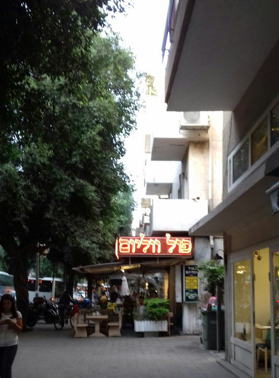 Tel Aviv har ett hektiskt nattliv med barer, restauranger och klubbar som är öppna 24 timmar om dygnet.