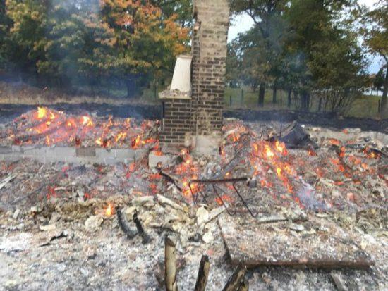 Ett bostadshus intill Björnö säteri utanför Rockneby i Kalmar kommun brann ner till grunden utan att någon slog larm. Foto: Räddningstjänsten Kalmar
