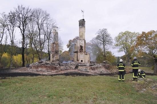 Bara skorstensstockarna stod kvar efter den omfattande mordbranden på herrgården Videbynäs. Bild: