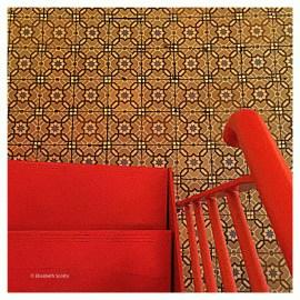 Le joli sol ancien du restaurant et l'escalier rouge.