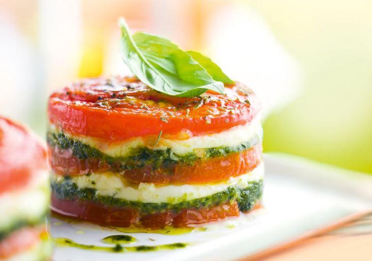 torentje van tomaat, mozzarella en pesto