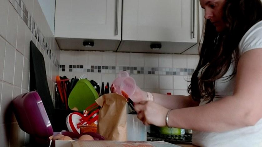 schenkkannetje schoonmaken met flessenspatel