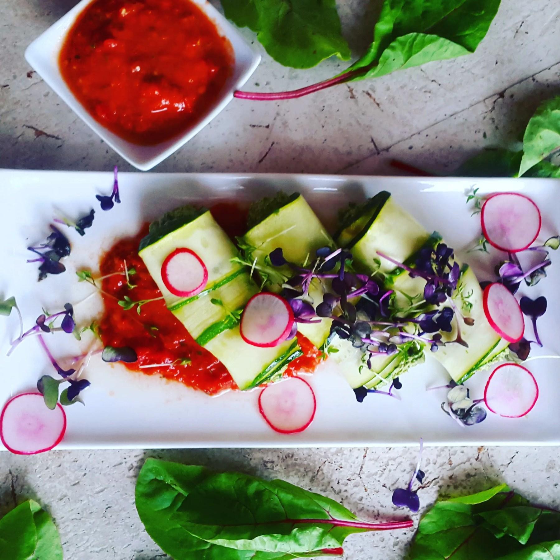 Zucchini Röllchen auf Paprika SAuce