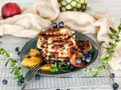 Pancakes mit Obst und Schokoladensauce