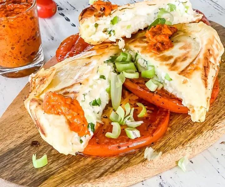 Feta-Päckchen auf gegrillten Tomaten