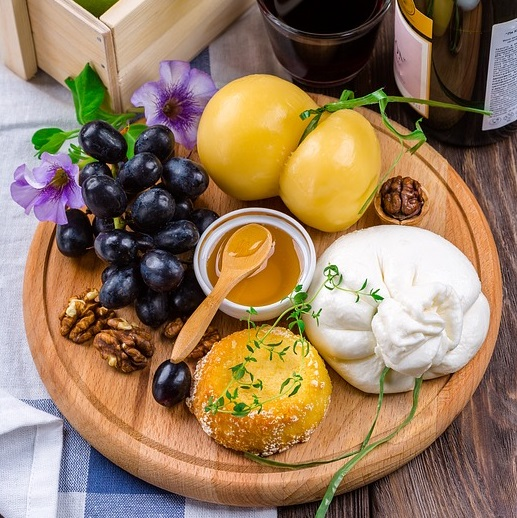 vin table coloree fromages et accords mets vins