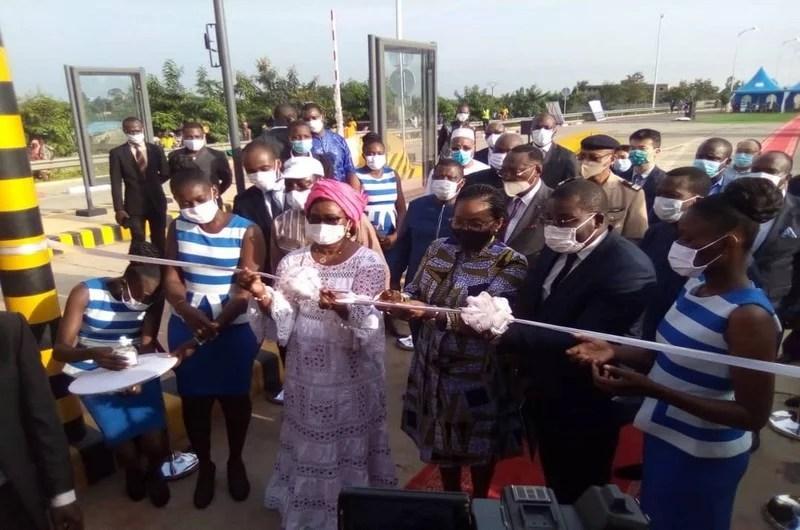 Coupure du ruban par Mm le PM et le ministre des travaux publics