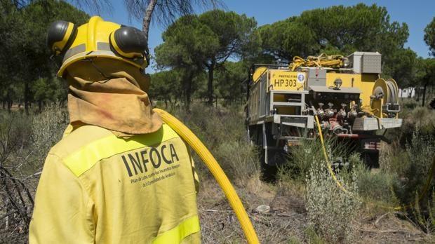 Incendio forestal en Casares obliga a desalojar viviendas
