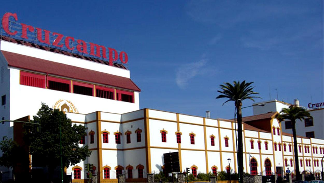 El hospital Macarena recibe 144 máscaras pantalla fabricadas en la planta de Cruzcampo