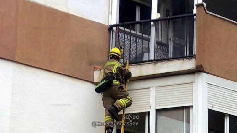 Policía Local auxilia a una niña pequeña sola en su casa y que pedía ayuda desde un balcón
