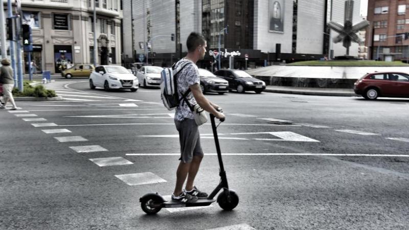 Un juez anula una multa a un patinete electrico que circulaba por la calle