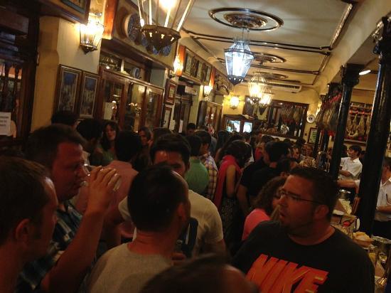 Bares y comercios de Granada cierran a las 22.00 horas con limitación de aforo al 50% desde hoy
