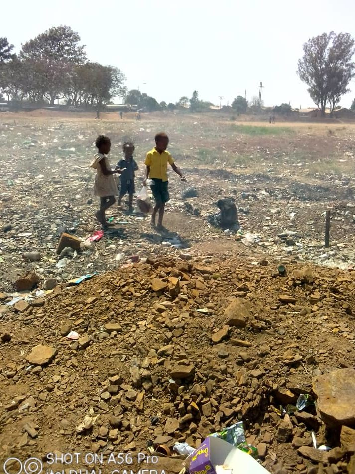 Children-at-the-dumping-site-in-Zim