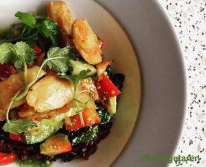 """Lær at lave marineret vegansk """"kød"""" røde ris og spinat vendt med spirulina dressing. Denne ret er præsenteret af Elixira"""