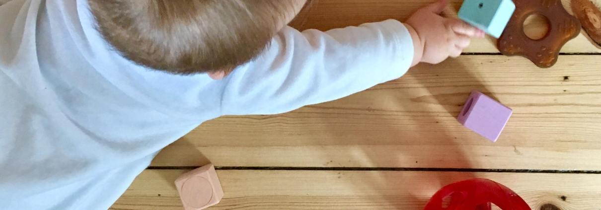 Hvordan kan man undgå legetøj, der indeholder skadelig kemi? Læs mere på Elixiras sundhedsblog.