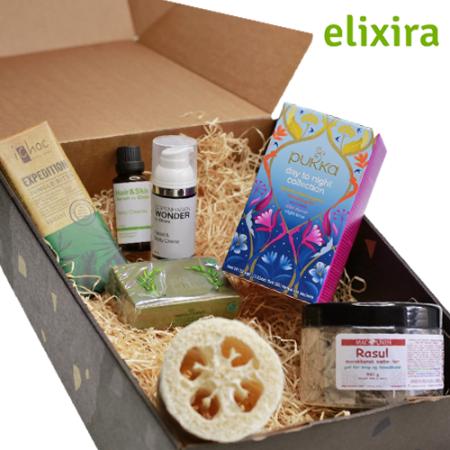 Elixiras wellnesspakke er primært plantebaseret og fri for skadelig kemi, Køb lækre vaganske gaveæsker, der er fri for skadelig kemi hos Elixira. Vi pakker gerne ind og skriver en hilsen efter dit ønske.