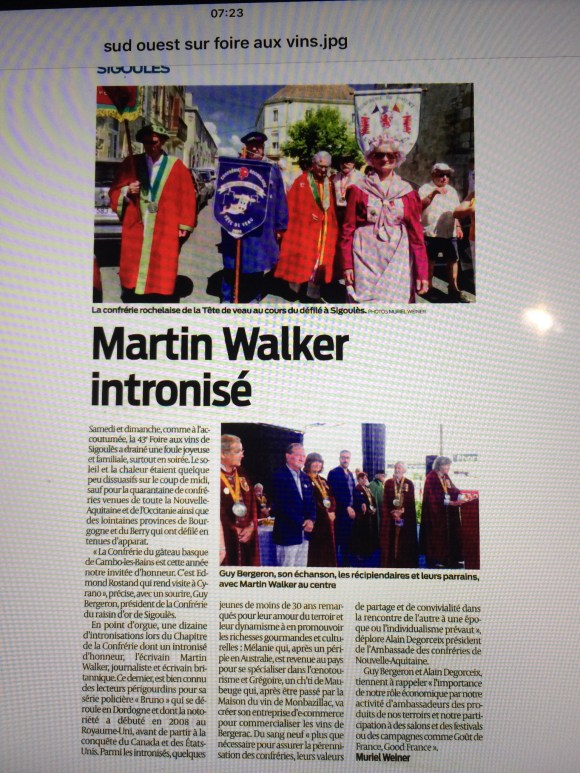 Crime author Martin Walker joins the Confrerie du Raisin 🍇 D'Or de Sigoules