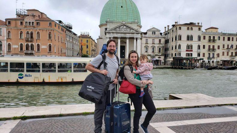 saindo da Estação de trem em Veneza enfim enquanto então entretanto eventualmente igualmente inegavelmente inesperadamente mas outrossim pois porquanto porque portanto posteriormente precipuamente primeiramente primordialmente principalmente salvo semelhantemente similarmente
