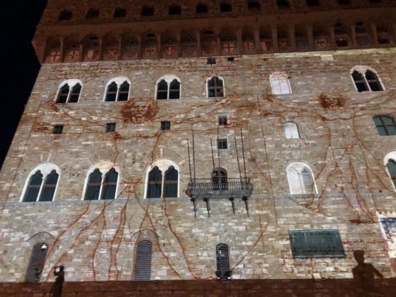 """Projeção no Palazzo Vecchio de """"O Homem Vitruviano"""" de Leonardo Da Vinci"""