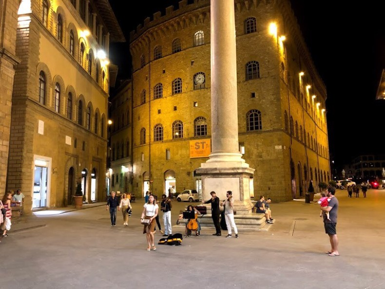 Minha criança viajante curtindo as Quatro Estações de Vivaldi pelas ruas de Florença